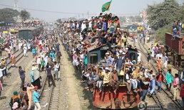 แน่นขนัด! ชาวมุสลิมในบังกลาเทศห้อยโหนขึ้นรถไฟกลับบ้านหลังร่วมพิธีศักดิ์สิทธิ์