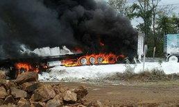 รถพ่วงขนแป้งเบรกแตก ชน 7 คันรวด ไฟลุกท่วมคลอกโชเฟอร์ดับ