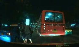 นาทีระทึก! รถเมล์ปะทะแท็กซี่ ปาดหน้าลงมาด่ากลางถนน
