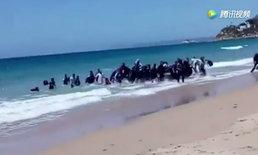 นักท่องเที่ยวตะลึง! กลุ่มผู้ลี้ภัยนั่งเรือยางบุกขึ้นหาดที่สเปน
