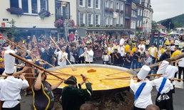 พ่อครัวเบลเยียมร่วมกันทอดไข่เจียวยักษ์ เส้นผ่าศูนย์กลางกว่า 4 เมตร