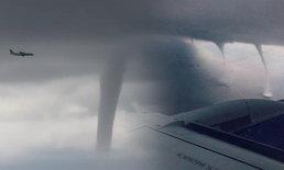 น่าหวาดเสียว เครื่องบินแลนดิ้งโฉบพายุงวงช้าง 3 ลูกซ้อน