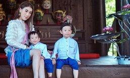 """น่ารักมาก """"เอิร์น จิรวรรณ"""" พาลูกๆ แต่งชุดไทยสมัยร.5"""