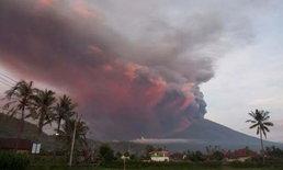 อินโดฯ เตือนภัยขั้นสูงสุด ภูเขาไฟอากุงปะทุ สั่งปิดสนามบิน