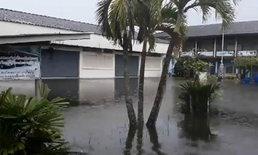 น้ำท่วมสงขลาหนัก โรงเรียนปิดแล้ว 62 แห่ง คลื่นลมยังแรง