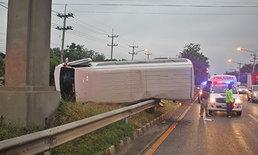 รถตู้โดยสารเสียหลักพลิกคว่ำ 15 ชีวิตหวิดดับที่ชัยภูมิ