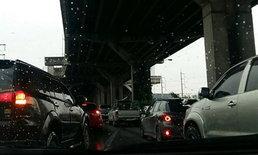 ถนนมิตรภาพช่วงเช้าฝนตก จราจรค่อนข้างหนาแน่น