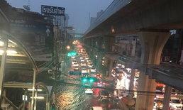 ฝนกระหน่ำรับลมหนาว น้ำท่วมหลายจุดเมืองกรุง รถติดเป็นทางยาว