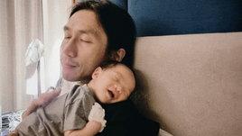 """""""ก้อย รัชวิน"""" เผยโมเมนต์น่ารัก """"น้องทะเล"""" นอนซบไหล่คุณพ่อ หลับตาพริ้มละมุนทั้งคู่เลย"""