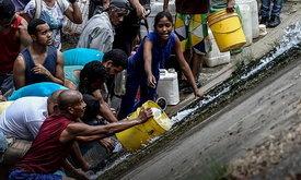 เวเนซุเอลาวิกฤต ไฟยังดับ น้ำประปาไม่ไหล ชาวบ้านต้องใช้น้ำจากท่อระบายน้ำ