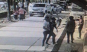 """หมายจับ 2 โจรใช้ปืนบังคับ """"พ่อแม่ลูก"""" พาขึ้นรถออกจากโรงเรียน"""