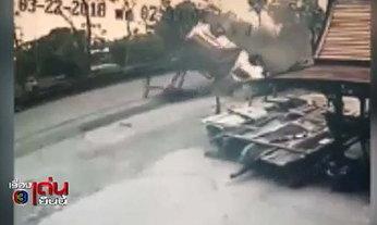 คลิประทึก รถตู้รับส่งนักเรียนเสียหลักชนร้านข้างทาง ก่อนตีลังกาพลิกคว่ำ