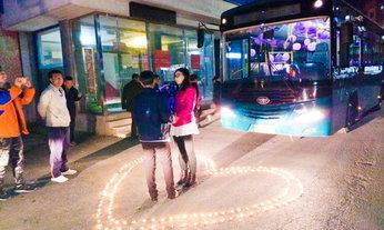 โรแมนติก! หนุ่มขับรถเมล์เซอร์ไพรส์ ขอผู้โดยสารสาวแต่งงาน