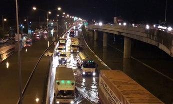 น้ำท่วมเพชรบุรียังน่าห่วง ถนนเพชรเกษมอ่วมจราจรติดขัด