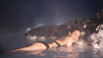 พลอย ชิดจันทร์ อวดหุ่นแซ่บ แช่บ่อน้ำพุร้อนบลูลากูน