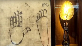 พบตาลปัตร รอยมือเท้าบนผ้าครูบาศรีวิชัย อายุร่วม 100 ปี