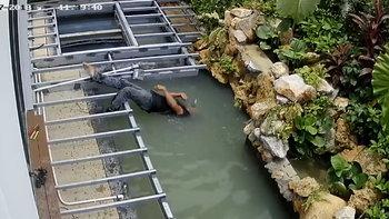 คลิปสุดระทึก ช่างถูกไฟช็อตหงายหลังหัวจมบ่อปลา นอนแช่น้ำแน่นิ่ง
