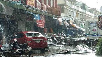 ย่อยยับทั้งเมือง พายุลูกเห็บถล่มกลางเมืองนครพนมราบเป็นหน้ากลอง