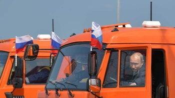 """วิถีคนเท่ """"ปูติน"""" นำทัพรถบรรทุก เปิดสะพานใหม่ ยาวสุดในยุโรป"""