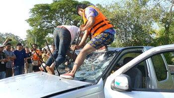 สุดทรมาน ! หนุ่มไม่รอด แม้พยายามถีบกระจกจนขาทะลุ หลังรถแหกโค้งตกน้ำ