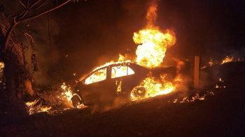 ชายหญิงซิ่งเก๋งชนต้นไม้ไฟลุกท่วม เผาร่างไหม้คารถ ดับ 2 ศพ