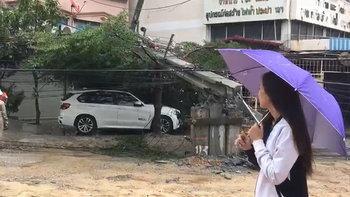 """บ้าน """"โฟร์ ศกลรัตน์"""" เจอพิษฝนถล่มกรุง เสาไฟฟ้าล้ม 14 ต้น รถพังหลายสิบคัน"""