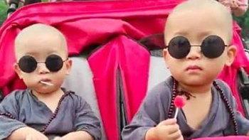 ผู้คนเอ็นดู หนูน้อยคู่แฝดใส่ชุดเณรน้อย เที่ยวเล่นกับพ่อแม่