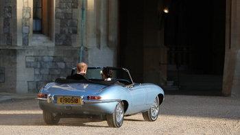 """ส่องเลขเด็ด! รถจากัวร์คันที่ """"เจ้าชายแฮร์รี"""" ขับให้ """"มาร์เคิล"""" นั่งหลังเสร็จพิธีเสกสมรส"""