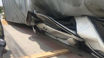 รถบรรทุกเทรลเลอร์เสียหลักคว่ำ เอนล้มทับเก๋งแบนกลางถนน