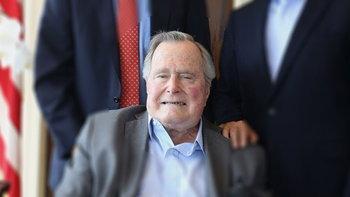 """หาม """"จอร์จ บุช"""" ส่งโรงพยาบาล หลังความดันโลหิตต่ำและหมดแรง"""