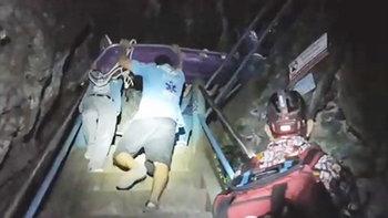 กู้ภัยสุดแกร่ง! ขึ้นบันได 1,237 ขั้น ช่วยนักท่องเที่ยวเป็นลม ติดวัดถ้ำเสือ