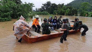 """2 เมตรจ่อวิกฤต! """"ดงหลวง"""" อ่วม-ทหารลงพื้นที่แล้วช่วย 4 หมู่บ้านหลังน้ำป่าซัดถล่มไม่หยุด"""