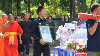 """สุดอาลัย """"น้องฟลุ๊ค"""" นักกีฬาฮอกกี้ทีมชาติไทย ทำพิธีเผาศพพ่อเรียบง่าย"""