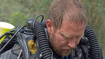 """""""หมอแฮร์ริส"""" ผู้ประเมินสภาพร่างกายทีมหมูป่า ก่อนให้ดำน้ำออกจากถ้ำ"""