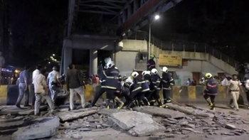 สะพานลอยคนข้ามในมุมไบถล่ม ตาย 5 เจ็บ 36 คาดโครงสร้างไม่ได้มาตรฐาน