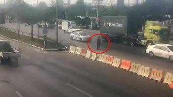 เปิดคลิปหนุ่มเมียนมากระโดดให้รถชนหลายครั้ง สุดท้ายถูกรถบรรทุกชนตาย