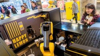 """สายดื่มชาตาลุกวาว! จีนเปิดตัว """"ร้านชานมไข่มุกไฮเทค"""" มีหุ่นยนต์เป็นพ่อค้า"""