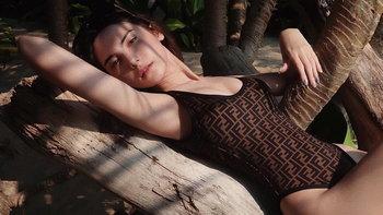 """""""ซาร่า คาซิงกินี"""" ทะลุจุดเดือด สลัดผ้านอนเลื้อยบนท่อนไม้ โพสท่าสุดเผ็ดร้อน"""