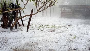 พายุลูกเห็บถล่มอมก๋อย ขาวโพลนทุกทิศทางจนนึกว่าหิมะตก