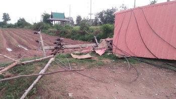 พายุซัดศาลารอรถโดยสาร-เสาไฟหักโค่นพังราบเป็นหน้ากลอง ทำชาวสีคิ้วเดือดร้อน