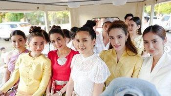 """""""จั๊กจั่น"""" ลงภาพงานบุญ หลายสายตาโฟกัสไปที่ """"สงกรานต์-แมท"""" ในชุดไทยสวยงาม"""