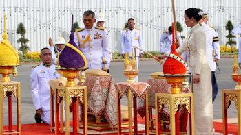 พระราชพิธีบรมราชาภิเษก: ในหลวง-พระราชินี เสด็จฯ สักการะพระบรมราชานุสรณ์