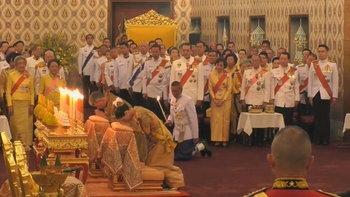 พระราชพิธีบรมราชาภิเษก: ในหลวงทรงกราบถวายบังคมพระบรมอัฐิและพระอัฐิ