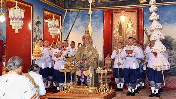 """พระราชพิธีบรมราชาภิเษก: ในหลวงฉลองพระองค์ """"ครุยมหาจักรี ร.9"""" สืบสานพระราชปณิธาน"""