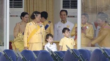 พระราชพิธีบรมราชาภิเษก: คุณพลอยไพลิน พาคุณจุลรัตน์-คุณภัททพงศ์ ร่วมชมริ้วขบวนเสด็จฯ