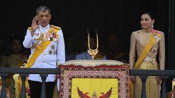 พระราชพิธีบรมราชาภิเษก: ในหลวงเสด็จออก ณ สีหบัญชร พสกนิกรถวายพระพรดังกึกก้อง