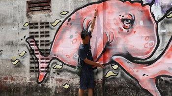 นักท่องเที่ยวประทับใจสตรีทอาร์ต ภาพวาดฝาผนังตึกเก่าในเขตเทศบาลนครตรัง