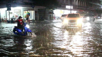 ฝนตกหนักนานนับชั่วโมง ส่งผลให่น้ำท่วมขังถนนเขตเทศบาลเมืองราชบุรี