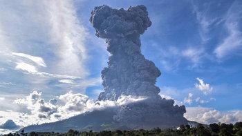 อินโดฯเตือนภัย! ภูเขาไฟเกาะสุมาตราปะทุหนัก พ่นเถ้าควันสูงกว่า 7 กม.