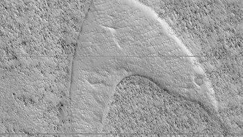 ชาวโลกตื่นตา นาซาบังเอิญค้นพบโลโก้หนังเรื่องดัง ปรากฏอยู่บนดาวอังคาร